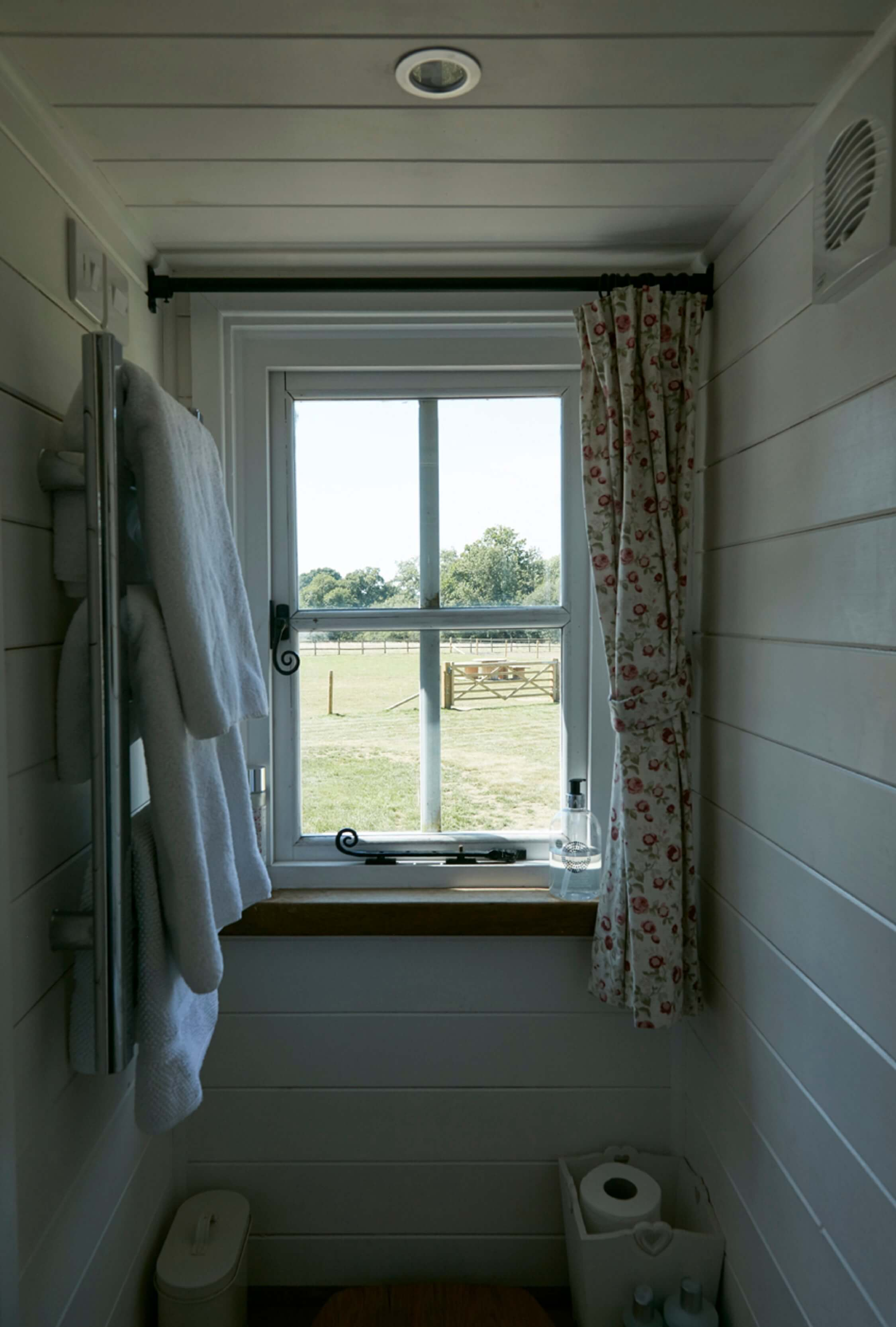 Bucks Green - Shepherd's Hut - bathroom