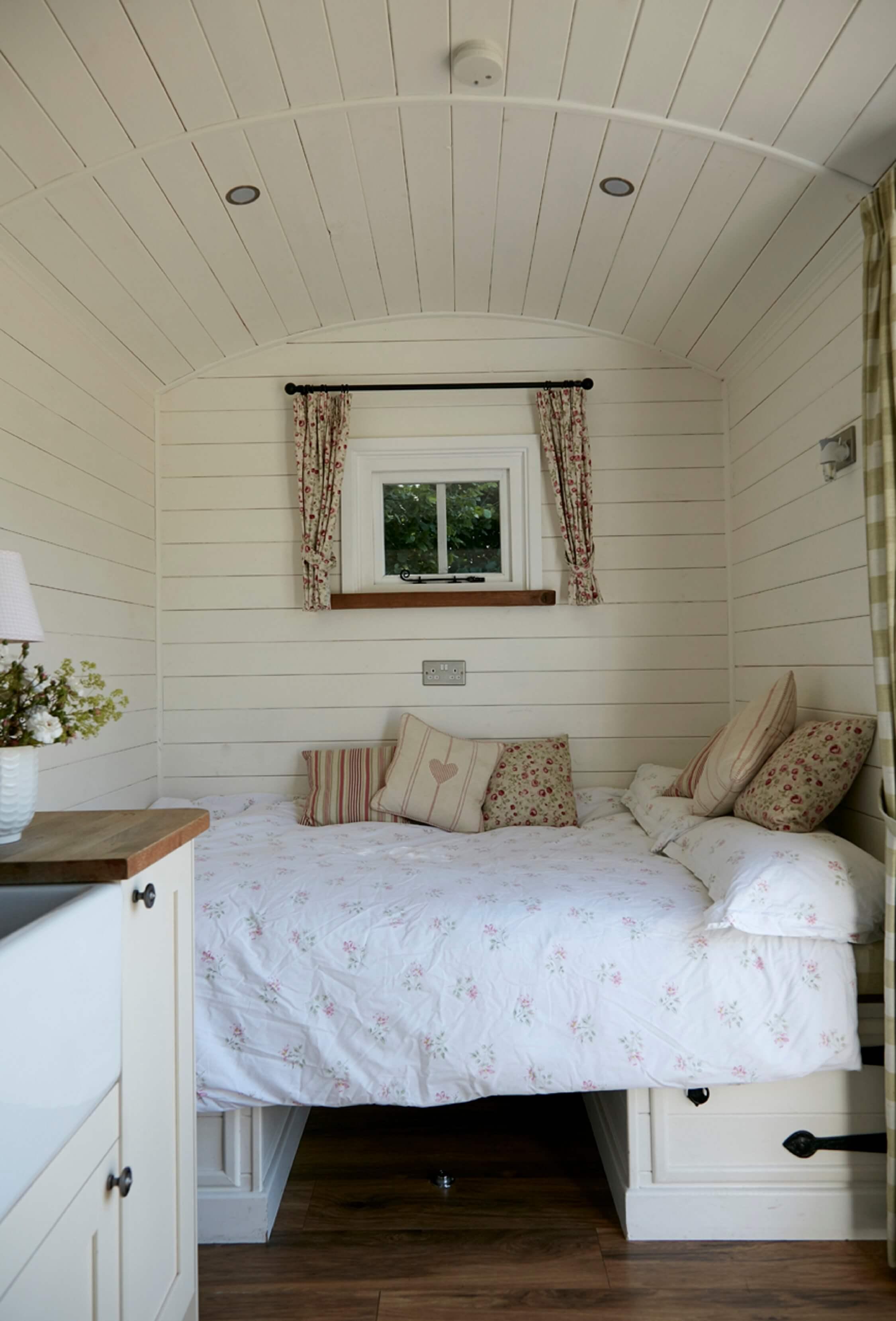 Bucks Green Shepherd's Hut - double bed