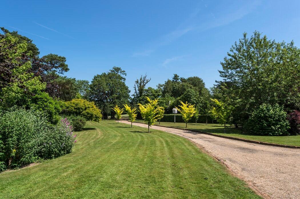 Fair Oak farm - Farm entrance lawns