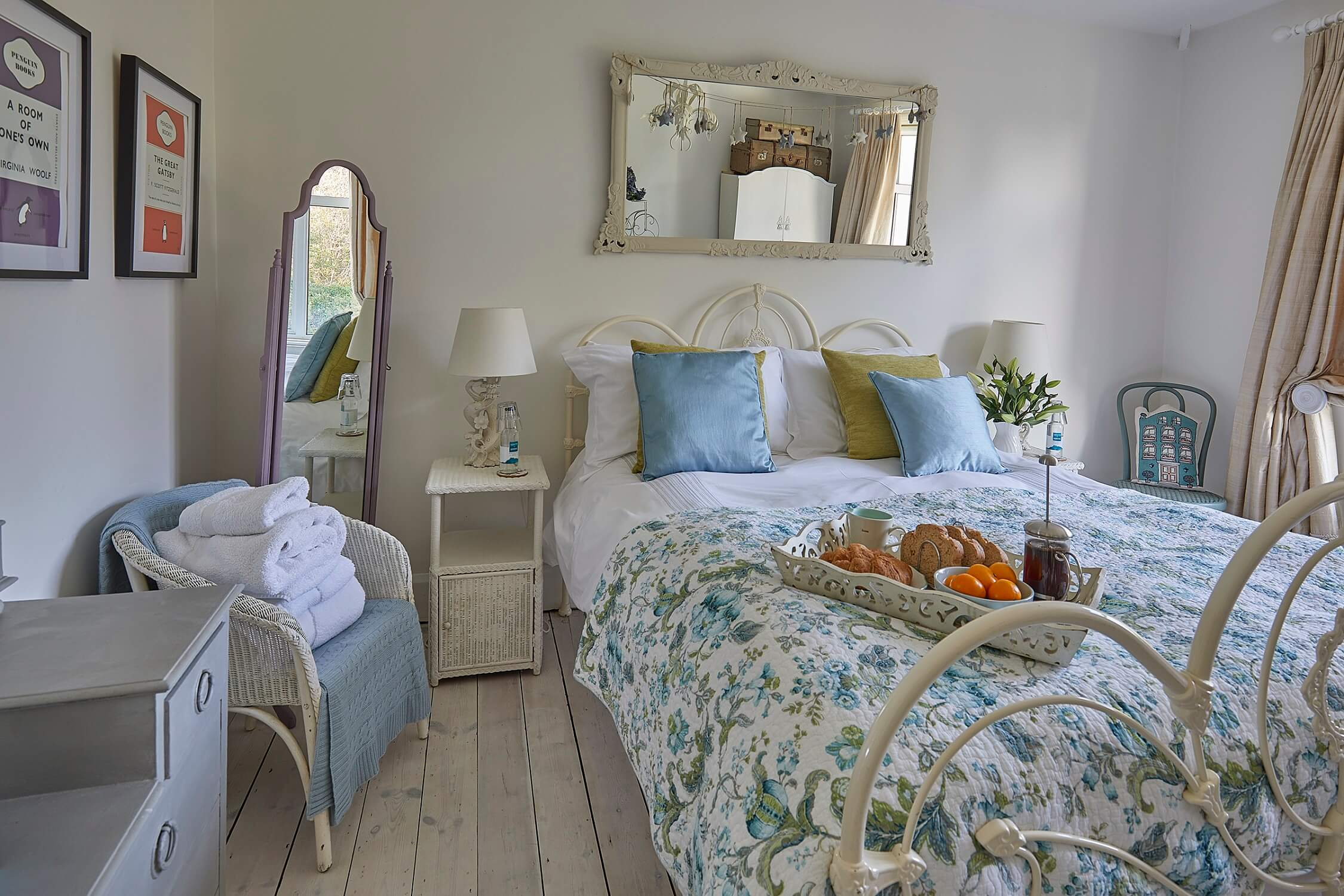 Hollies House - Ideal group getaway in Sussex - Bedroom with Feather and Black bed