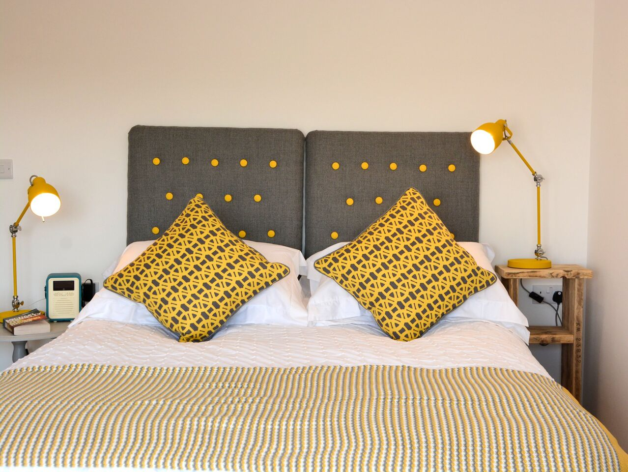 King sized bed with en-suite shower room - The Beach Hive Pevensey Bay - Sussex Beach Fronted Holiday Cottage