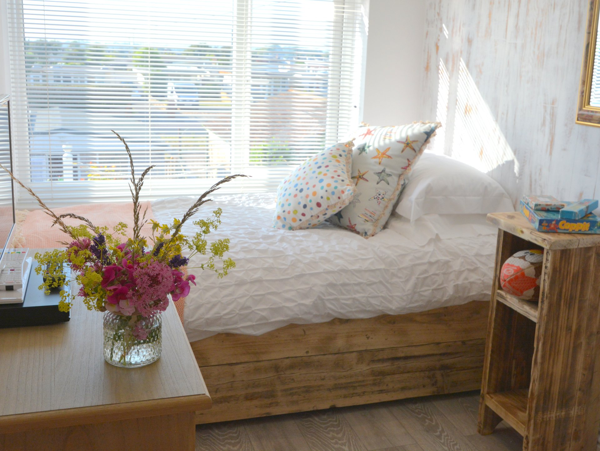 The Beach Hive - Pevensey Bay - Sussex Beach Fronted Holiday Cottage - Sleeps 6 - Twin Bedroom