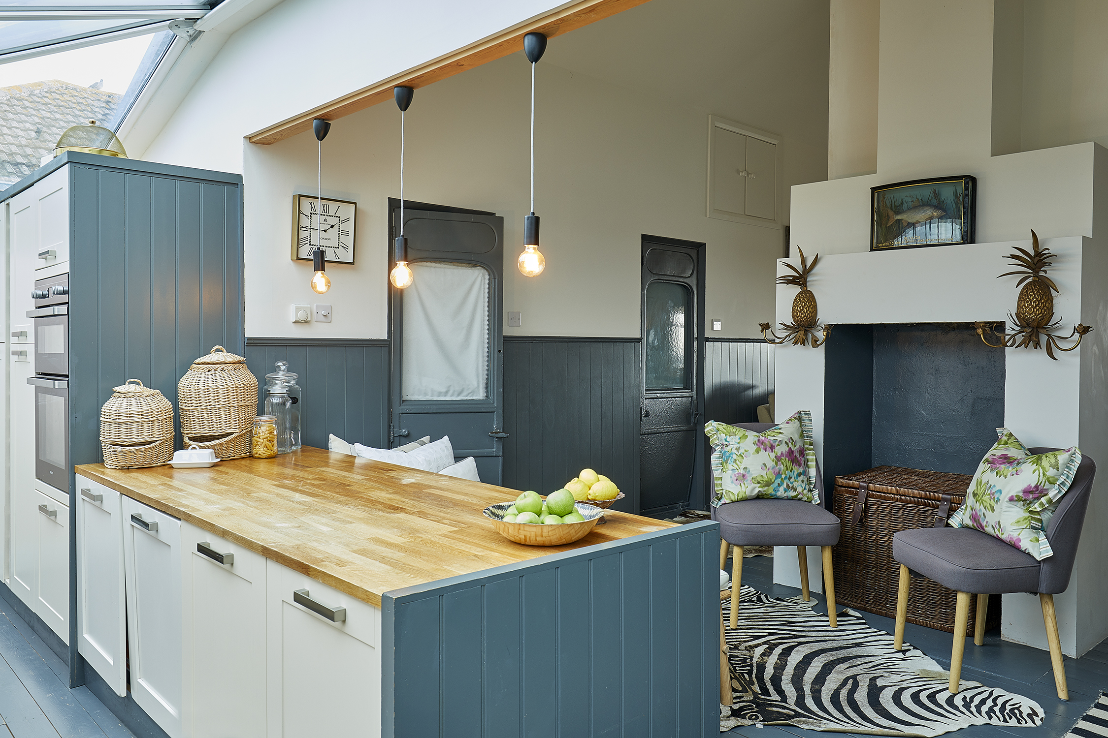 The Bolthole on Pagham Beach - Open plan kitchen with comfortable breakfast bar
