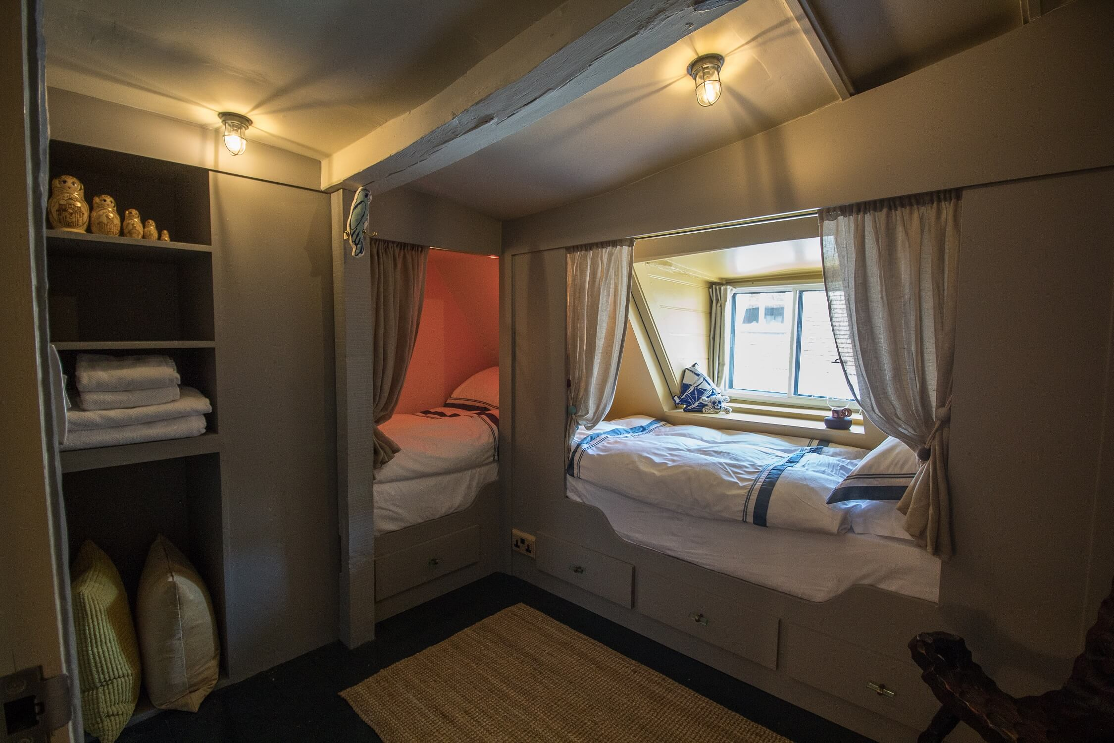 The Crow's Nest Rye - 2 full sized cabin beds for perfect family friendly getaway. Dog friendly too.