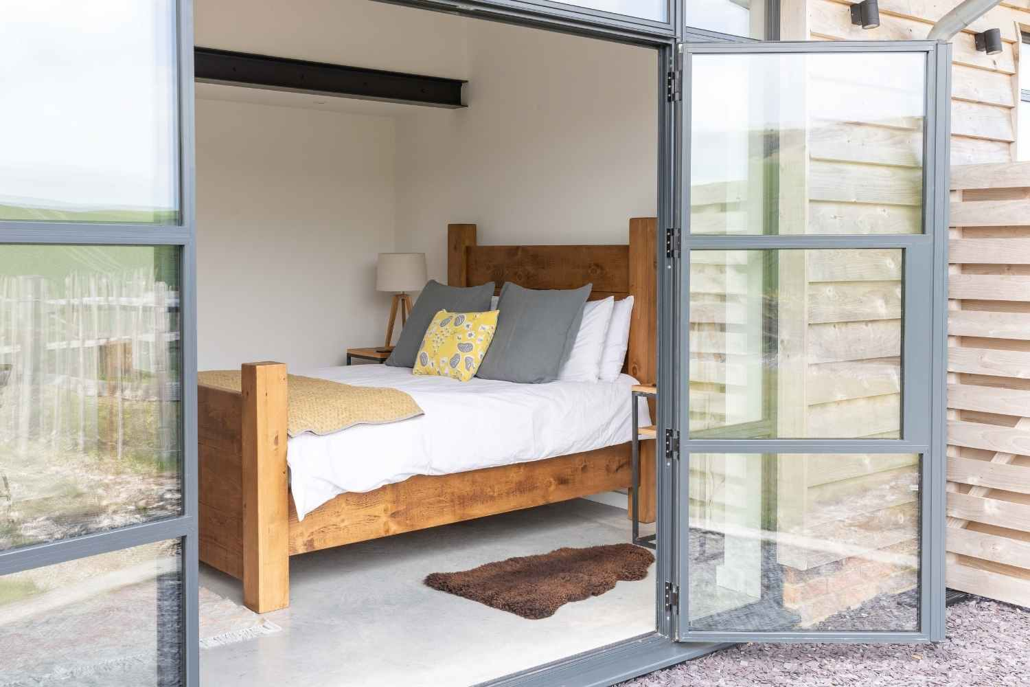 Kingsized bedroom 1 with large doors to the garden