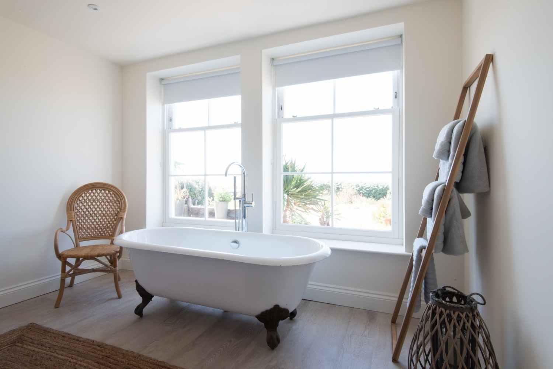 Master bedroom - Rolltop bath